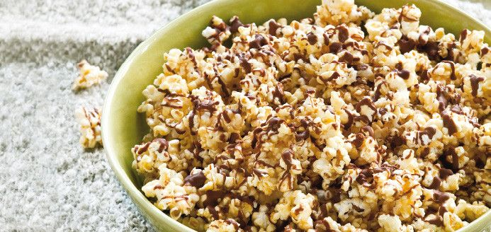 Maïs soufflé au caramel et au chocolat ... ou même saupoudrer de sel au-lieu du chocolat pour un caramel salé!