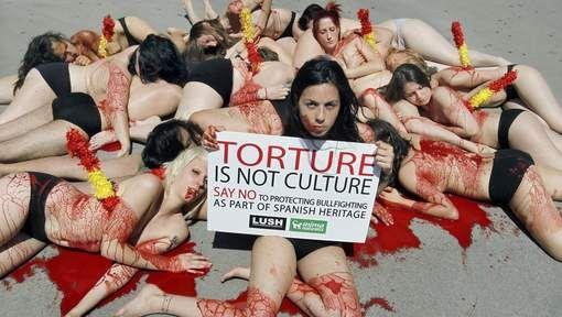 Jonge vrouwen protesteren naakt tegen stierengevechten