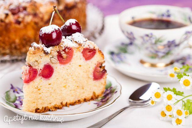 Ciasto babkowe z czereśniami pod kruszonką z orzechami