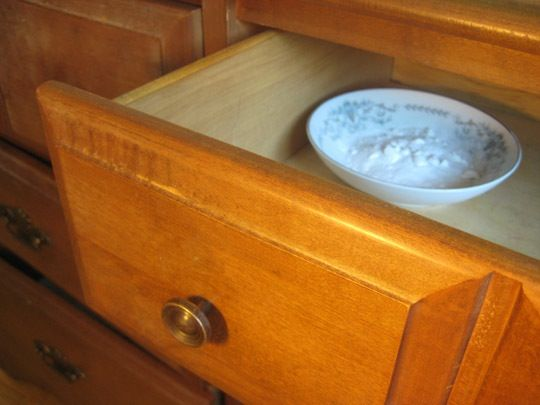 Incorporating secondhand furniture into our homes is a great way to keep things green, but sometimes the smells that come along with them can really give you the blues. If Uncle Harold's desk is just too good to pass up (unlike his chain smoking habit), worry not—there are at least a few things you can do to stop the stink!
