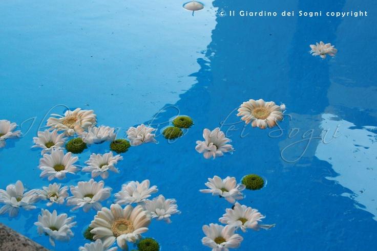 Flowers in the wedding reception swimming pool  - Fiori in piscina - decorazioni matrimonio all'aperto