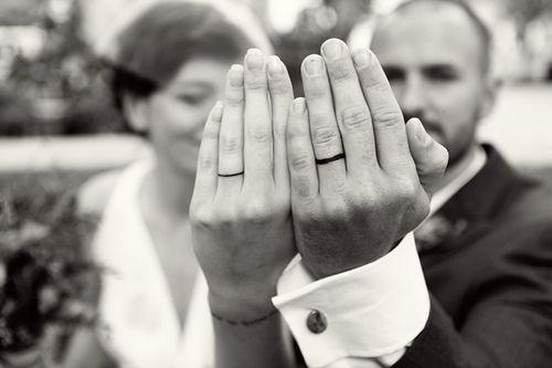 De plus en plus de couples choisissent de sceller leur amour à l'encre, que ce soit pour remplacer les alliances ou en plus des alliances. Et lorsque vous voyez la grande variété de dessins qui existe