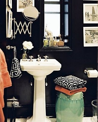Black and White bathroom- this looks super vibrant an classy!