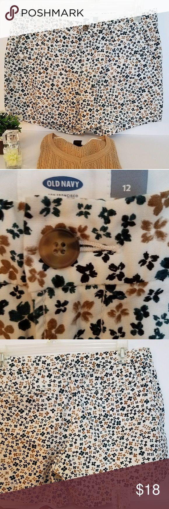 """Floral print old navy chino shorts Adorable barely worn floral print Old Navy Chino shorts 5"""" no damages Old Navy Shorts"""