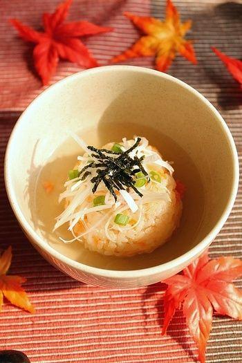 塩鮭とごまの焼きおにぎりを白だしで品良く。一見本格派ですが、市販の白だしを使うので、出汁を取らなくてもOK!