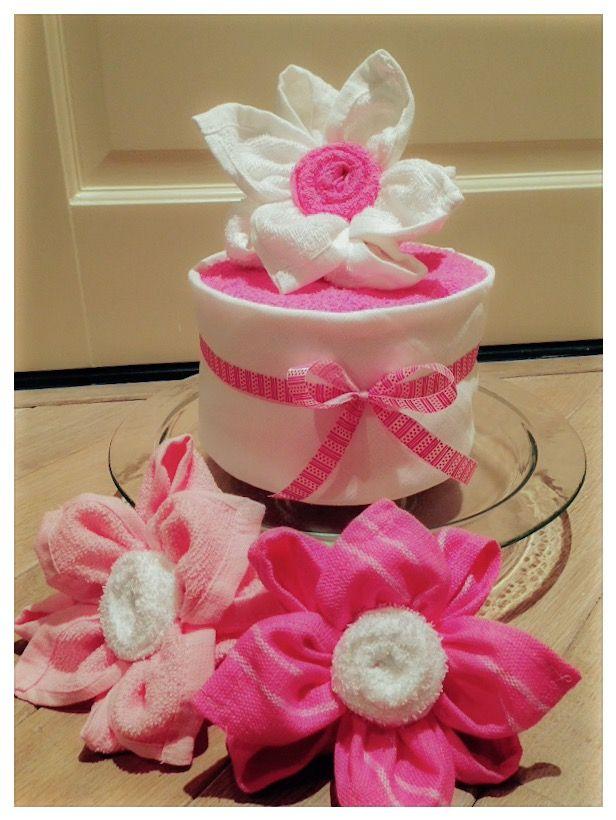Luiertaartje met bloemen van spuugdoekjes. Handig en origineel Kraamcadeau voor meisje. Diaper cake with flowers girl. Baby shower gift Girl. Info: http://joleenskraamcadeaus.wix.com/kraamcadeau#!product/prd1/3074589641/luiertaart-met-lotusbloemen