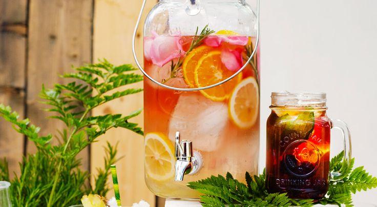 2 liter dryck  INGREDIENSER    1 flaska rosévin, (75 cl)  1 dl flädersaft, konc  1 citron  1 apelsin  3 kvistar rosmarin  3 rosor, obesprutade blad  is  1 L clubsoda