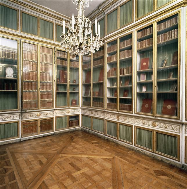 Read like a queen: the queen's apartment as it was in 1781, during Marie-Antoinette's era. Versailles, châteaux de Versailles et de Trianon