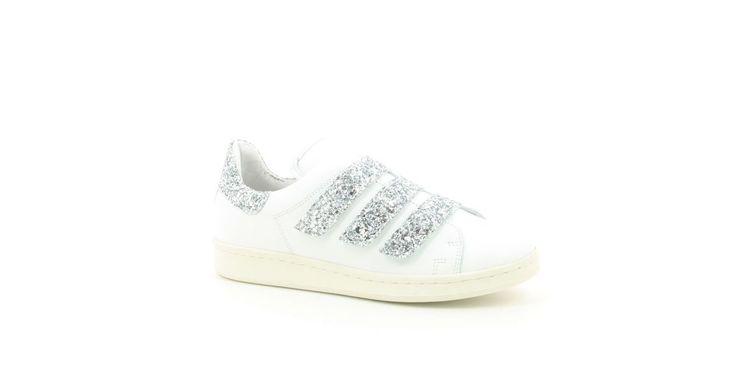 Nieuwe Collectie !Dames Sneaker laag Tango ,Wit ,Leder GlitterVerkrijgbaar in:- Kapellen (Promenade)- Wijnegem Shopping Center (1e verdieping) - Wijnegem Shopping Center (gelijkvloers)