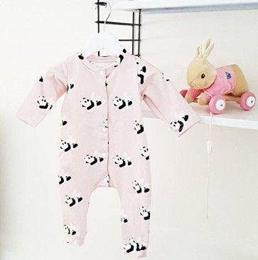 Sweet Hey BBpale pink one piece / sleepers with angel panda bears. Perfect coming home outfit for baby girls! --- Lief zacht roze slaappakje / boxpakje van Hey BB voor baby meisje. Perfect om mee te nemen naar het ziekenhuis als eerste pakje.