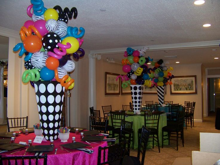 Divertidas esculturas de globos de latex para centros de mesa con aspecto de conos de papel. #DecoracionGlobos