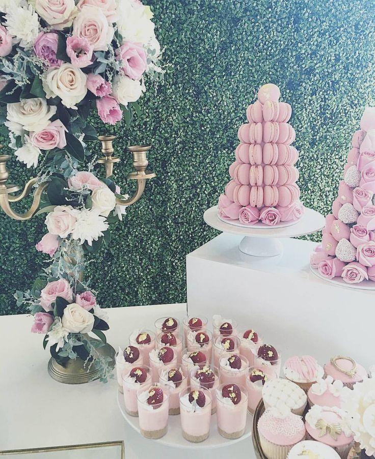 : @dessertsbyjoey. #nydelig #dekorasjon til #babyshower #dåp og #navnefest #decoration #pynt #kaker #kakebord #pink #rosa #flowers #blomster #detlilleekstra #dinbabyshower
