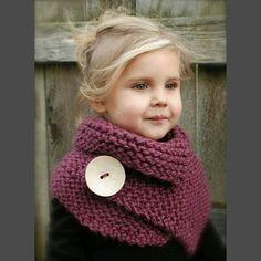 Niña con bufanda y botón
