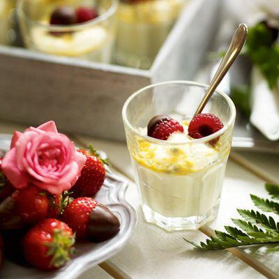 Fluffig citrondessert med chokladdoppade jordgubbar och hallon