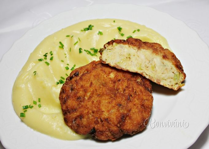 "savoy cabbage patties ""Kelové fašírky"" - 1200 g kale 20 g salt 100 g onion 10 g garlic 3 pc egg 3 pc pastry 150 g breadcrumbs 200 ml oil"