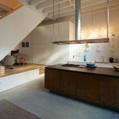 Ontwerp Bendien/Wierenga architecten Kookeiland: Belgisch hardsteenwerkblad |Rood koperen fronten Kastwand en aanrecht: LG Hi-Macs w...