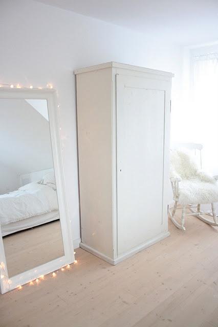 Hübsch mit der Lichterkette um den Spiegel
