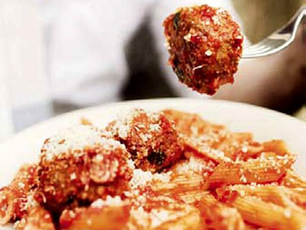 Pasta med stora köttbullar i tomatsås