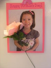 Fotos con el alumno posando y una rosa, para el Día de las Madres.