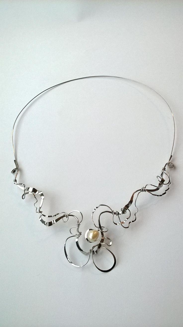 """Náhrdelník+HRD10+""""Snová+imprese""""+s+bílou+perlou+Autorský+šperk.+Originál,+který+existuje+pouze+vjednom+jediném+exempláři+z+romantické+edice+variací+na+květy.+Vyniká+svou+lehkostí+a+kouzelným+prostorovým+tvarem.+Působí+velmi+elegantně+až+křehce,+jakoby+zrozen+ze+sna.+Náhredlník+je+celý+vyroben+ručně.+Tepaný,+ohýbaný,+tvarovaný+z+chirurgických+drátů+o+třech..."""