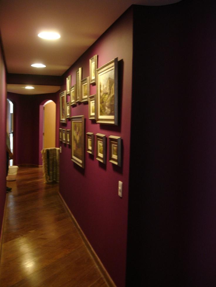 5) Depois: parede de cor escura e colocação de quadros acervo pessoal: valorização de corredor sem muito gasto!