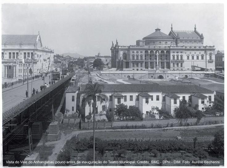 1911 - Vale do Anhangabaú tendo ao fundo o Teatro Municipal de São Paulo, pouco antes de sua inauguração, à esquerda temos o Teatro São José (demolido por volta de 1923 e onde temos hoje o Shopping Light). Temos também casas alugadas de propriedade, na época, do Barão de Itapetininga e o antigo Viaduto do Chá. A foto é de Aurélio Becherini.