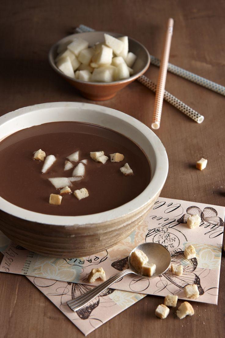 Μια επιδόρπια σούπα με σοκολατένιο… ταμπεραμέντο, διαφορετική από τις άλλες. Θα τη συνοδεύσουμε με αχλάδια και αλμυρά κρουτόν