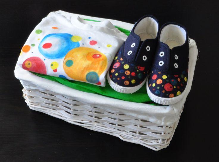 """Cesta nº11 """"Planetas"""": camiseta+zapatillas+cesta.  Más canastillas en:  http://lolitalunakids.com/canastillas/"""