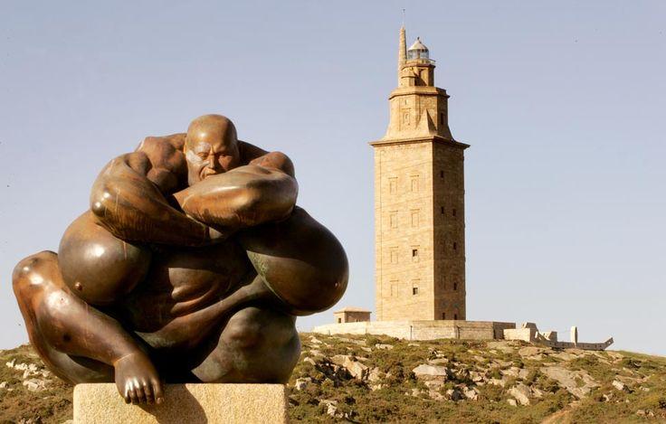 Caronte, el barquero del río sagrado, da la bienvenida sobre un pedestal a la entrada del Parque Escultórico de la Torre de Hércules.