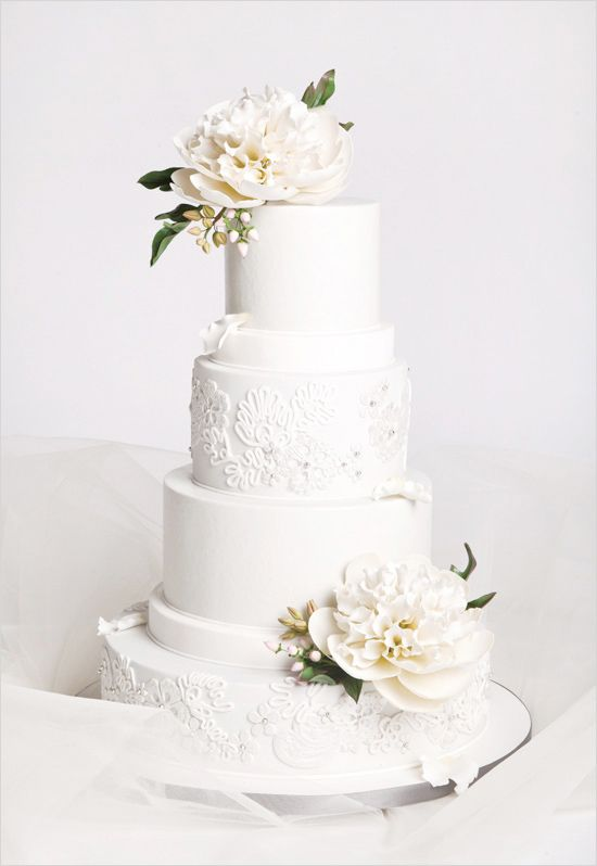 White and elegant wedding cake. Cake Design: Cake Studio ---> http://www.weddingchicks.com/2014/06/10/glamorous-engagement-rings/