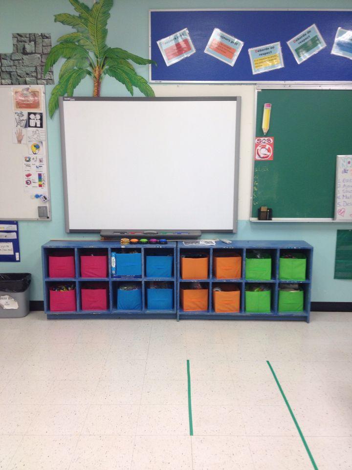 Organisation de la classe. Bac de couleur pour facilement retrouver ce qu'on cherche (disponible au dollar tree).