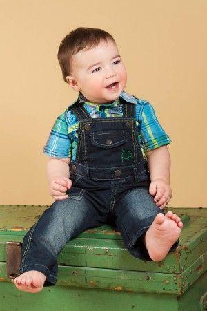 Salopette bébé et chemise à carreau.