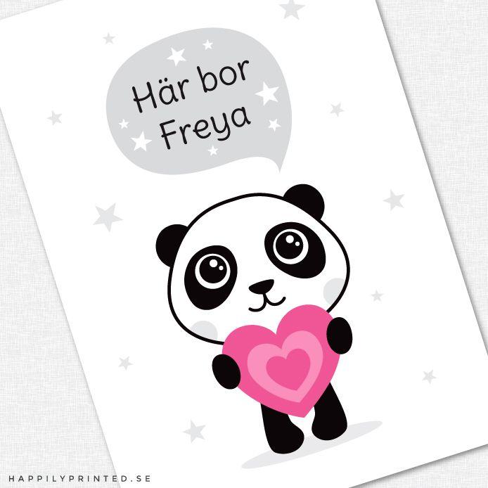 """Fin barntavla föreställande en liten panda som håller ett rosa hjärta. Text i pratbubbla """" här bor"""" och personligt anpassat namn. Finns i grå och lila variant"""