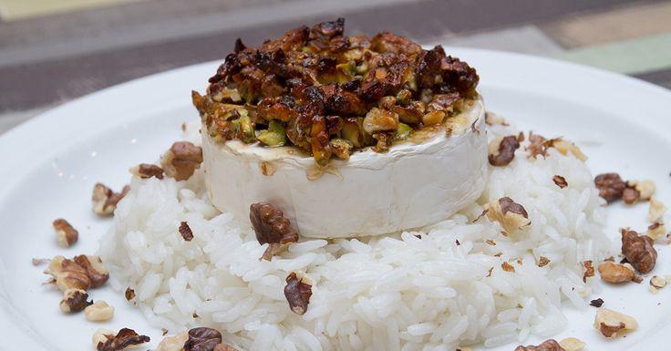 Fügés sült camembert jázmin rizzsel - Édes kis francia műremek, ahogy a fügelekvár és a füge összeolvad a sült camembert sajttal. Ja, és a pisztáciáról és a dióról még nem is beszéltünk. Édesszájúaknak külön ajánljuk!