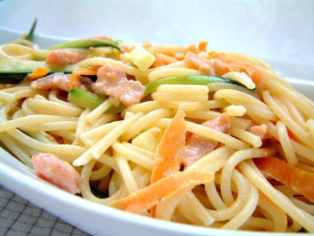 Spaghetti z łososiem, cukinią i młodą marchewką w sosie śmietanowym