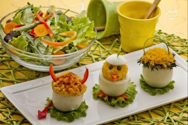 Le uova ripiene pasquali sono delle simpatiche uova sode ripiene e decorate con semplici e gustosi ingredienti.