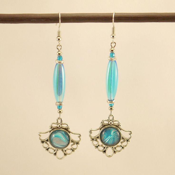 Boucles d'oreilles cabochons argenté verni de bleu, perle tubulaire bleue ciel et métal argenté : Boucles d'oreille par geb-et-nout