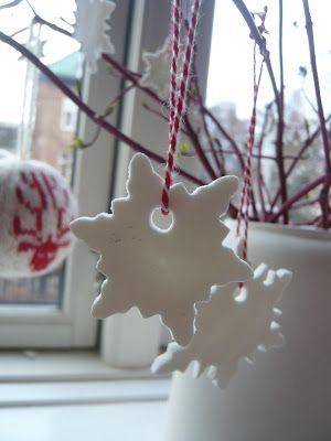 Endelig jul: Hvide snefnug. Hjemmelavet ler.
