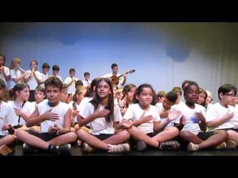 """Alunos do SESI Araraquara cantam uma música inspirada no texto """"O julgamento do Chocolate"""" para o autor, Alexandre de Castro Gomes, durante o evento Literatura Viva em 02/04/14."""