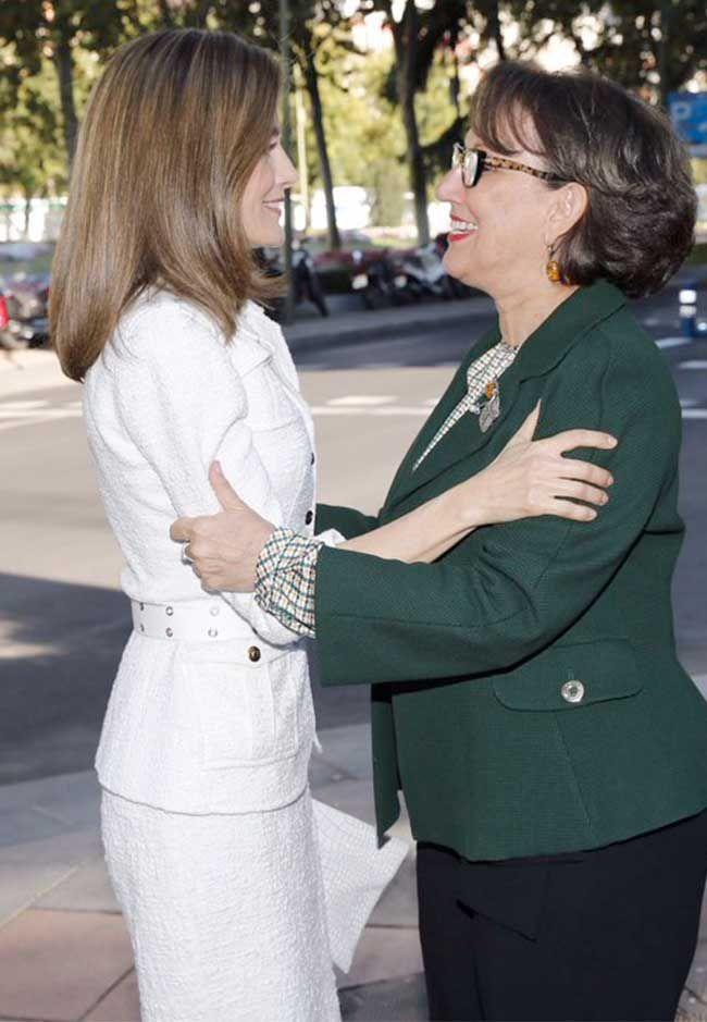 Letizia, recibida a su llegada por la secretaria general Iberoamericana, Rebeca Grynspan, a su llegada a la Casa de América.  10.10.2016