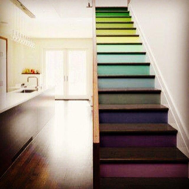 Astuce du vendredi... Donnez un style à votre cage d'escalier.. Osez jouer avec les couleurs!