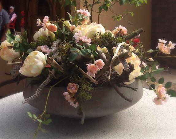 Schaal opgemaakt met decoratietakken en zijde bloemen door www.decoratiestyling.nl