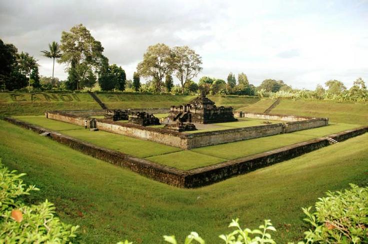 Candi Sambisari adalah candi Hindu (Siwa) yang berada kira-kira 12 km di sebelah timur kota Yogyakarta ke arah kota Solo atau kira-kira 4 km sebelum kompleks candi Prambanan. Candi ini dibangun pada abad ke 9 pada masa pemerintahan raja Rakai Garung di zaman kerajaan Mataram Kuno.  Posisi Candi Sambisari terletak 6,5 meter di bawah permukaan tanah, kemungkinan besar karena tertimbun lahar dari Gunung Merapi yang meletus secara besar-besaran pada awal abad ke-11 (kemungkinan tahun 1006).