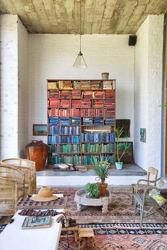 Λίγο χρώμα πάντα μας φτιάχνει τη διάθεση 😊 Έχετε παρατηρήσει ποιο χρώμα επικρατεί στη δική σας βιβλιοθήκη;