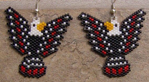 Deze mooie oorbellen zijn gedaan in de baksteen steek met grootte 11 delica Rocailles. Ze meten 1 1/2 lang. De kleuren die ik heb gebruikt zijn zwart, wit, licht oranje, rode baksteen rood, donker tin en kristal. De ontwerper is Jennifer Creasey. Dank u voor kijken. Ik het schip wereldwijd.