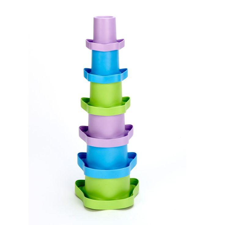 Stapel Cups   Zes bekers, tientallen mogelijkheden voor bad en speeltijd. Schep en giet water, bouw torens door debekers op de kop te draaien of nestel gewoon de kopjes in elkaar. De Green Toys Stapel Cups zijn kleurrijk, leuk, en onderwijzen uw kind in de basis van tellen.   Iedere beker is genummerd aan de onderkant van 1 tot 6 en volumetrisch nauwkeurig. Vul beker 1 en 2, bijvoorbeeld, en deze volume is gelijk aan het volume van beker 3.