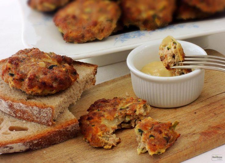 Výrazná masová chuť šťavnatých karbanátků z vepřového mletého masa s cuketou, bez přidání pečiva. Jsou ochucené majoránkou, papríkou a hořčicí.