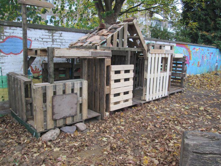 Een huttenstraatje gemaakt van pallets in de natuurtuin. Nutsschool Maastricht