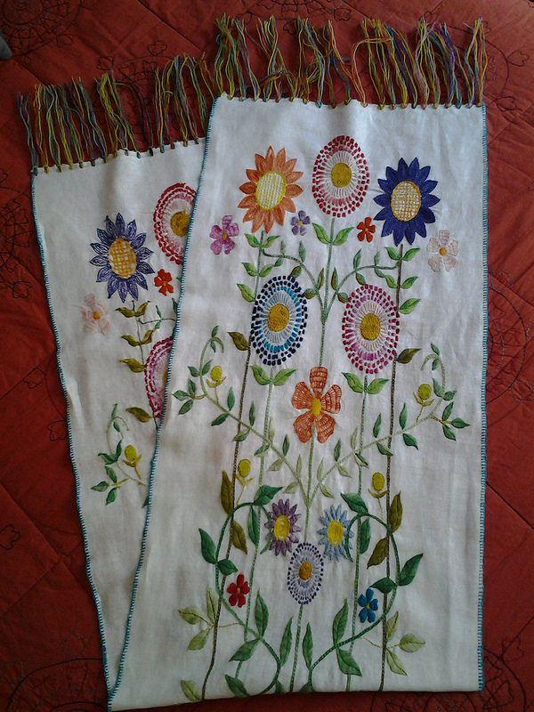 Camino de mesa, bordado hecho a mano sobre lino.