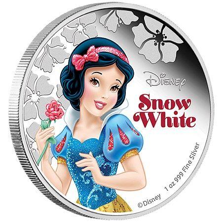Πριγκίπισσες της Disney - Χιονάτη, 2$ 1oz Ασήμι 999, Niue 2015 Αυτό το ασημένιο νόμισμα της  Disney είναι αφιερωμένο στην Χιονάτη. Το σχέδιο του κέρματος απεικονίζει τη Χιονάτη σε πλήρες χρώμα κρατώντας ένα κόκκινο τριαντάφυλλο στο χέρι της και μπροστά της  υπάρχουν χαραγμένα λουλούδια. Τα υπέροχα νομίσματα των πριγκιπισσών της Disney περιέχονται σε μια μαγευτική συσκευασία σε στυλ βιβλίου παραμυθιών. Το πιστοποιητικό γνησιότητας είναι τυπωμένο πάνω στη θεματική συσκευασία. Αυτό το…